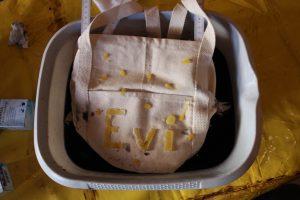 Tasche in Farbe tauchen